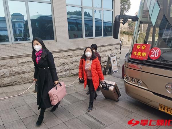 """传递人民心声 共谋发展良策  怀化出席全省""""两会""""的代表委员抵达长沙 新湖南www.hunanabc.com"""