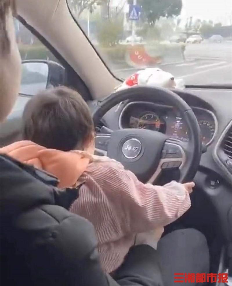 长沙一男子抱着孩子开车还录视频, 罚单找上门