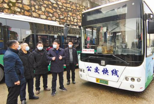 """岳阳城区首条""""公交快线""""试运行"""