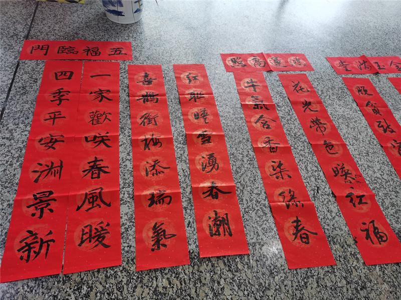 春运首日,长沙汽车西站给乘客送上手写新春对联