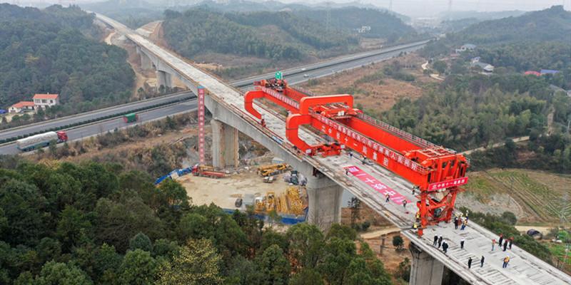 常益长铁路跨岳临高速特大桥箱梁架设完成