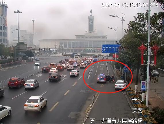出租车乘客下车开门碰巧撞上电动车,司机承担全部责任