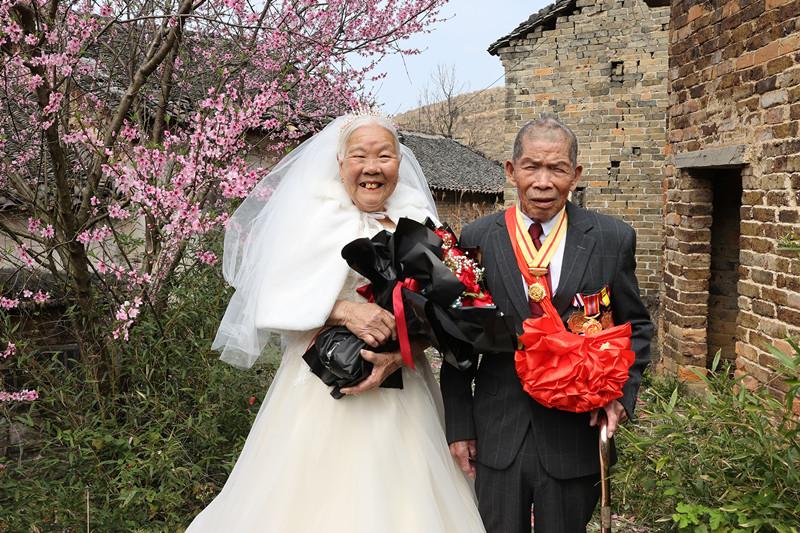 一场特别的婚礼!97岁老兵与老伴拍下第一张婚纱照