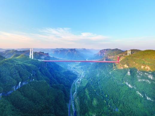 深谷一桥飞虹出,矮寨天堑变通途