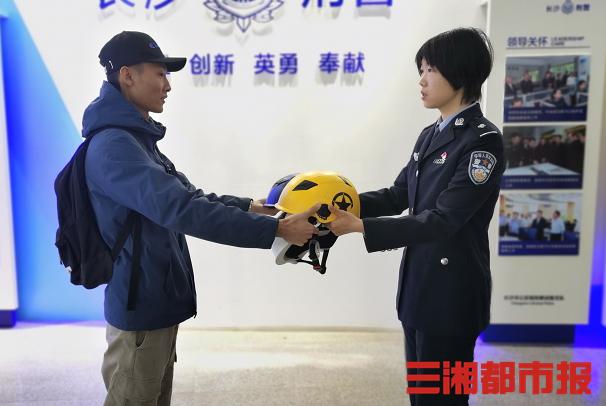 """""""顺""""走共享电单车头盔自己用?警方:拘留5日!"""