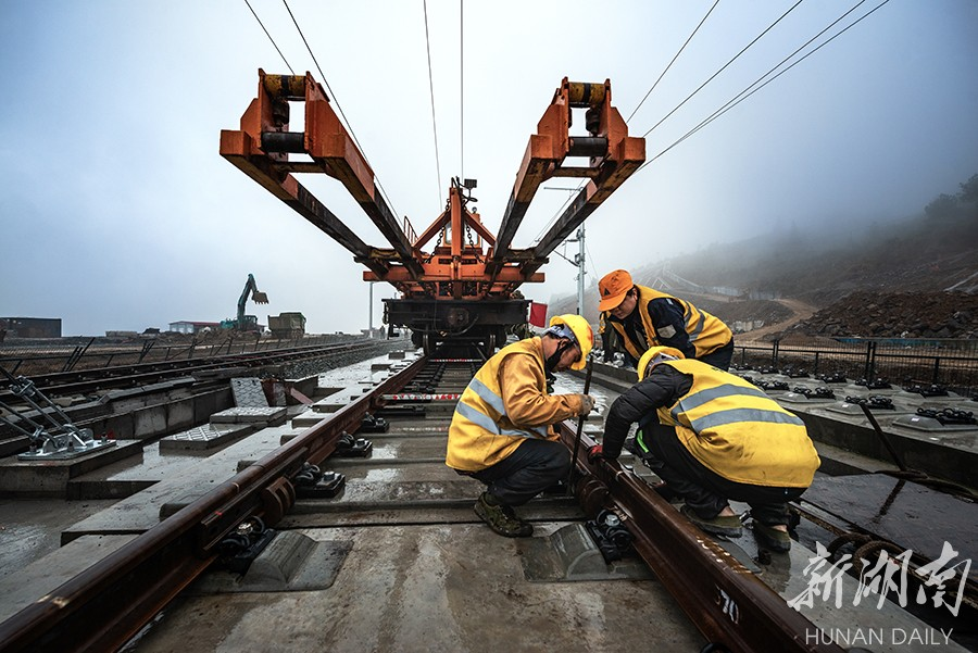 张吉怀铁路永顺段轨道铺设完成 新湖南www.hunanabc.com