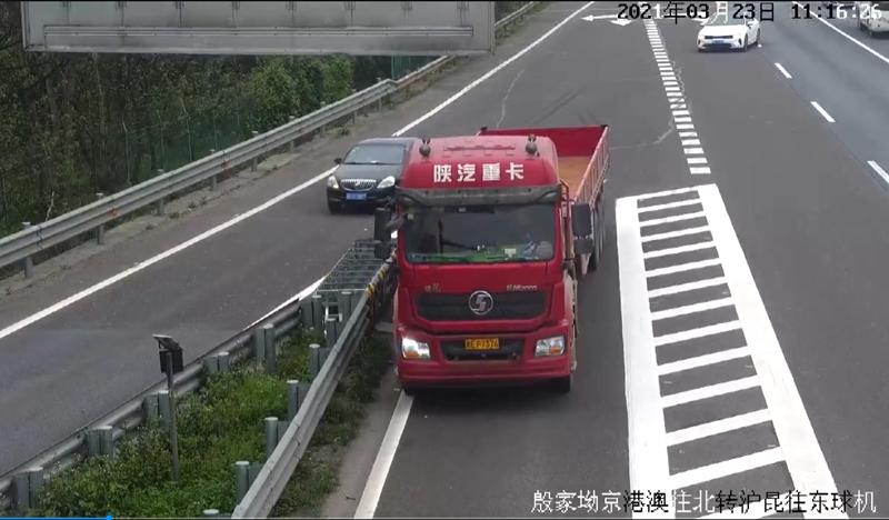 大货车错过出口高速上违法倒车,司机驾驶证被记12分