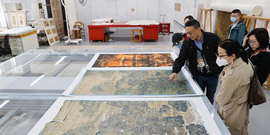 现代科技助力古书画装裱修复 故宫精修巨幅山水图贴落