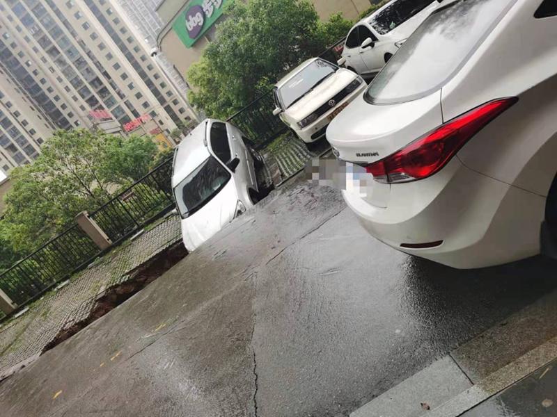 望城一小区停车位突然塌陷,小车一头扎进坑