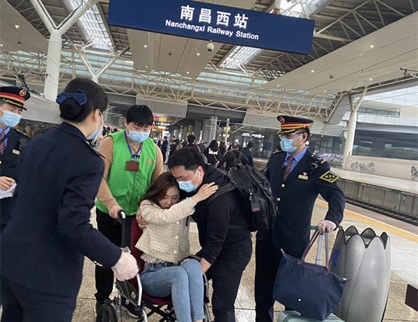 旅客突发肠痉挛,高铁工作人员携手医护旅客紧急救助