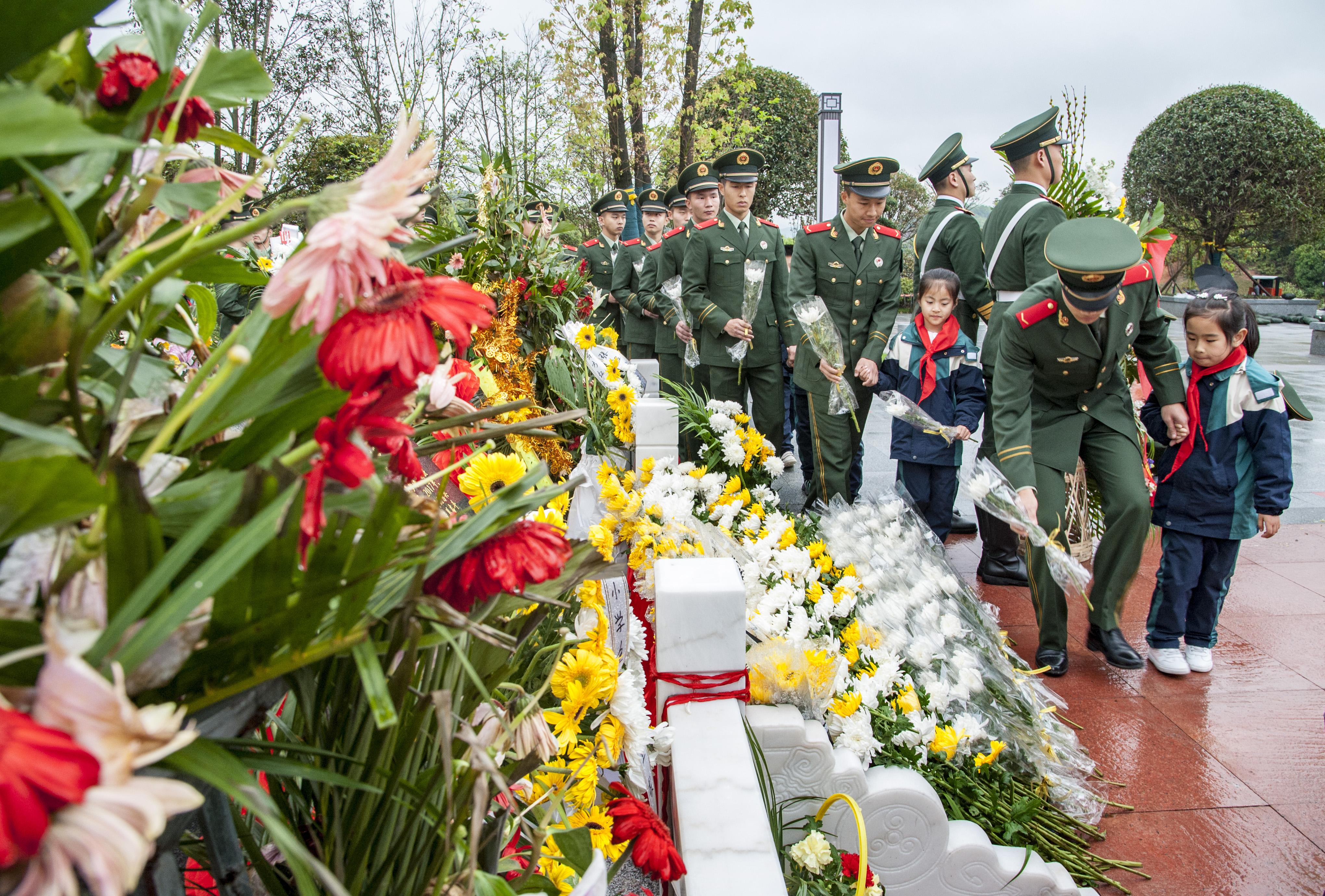 岳阳市张超烈士铜像前,2位少先队员献上了红领巾