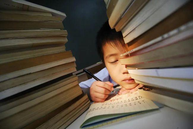 """教育部""""睡眠令""""下,怎样才能保证孩子""""睡个好觉""""?"""
