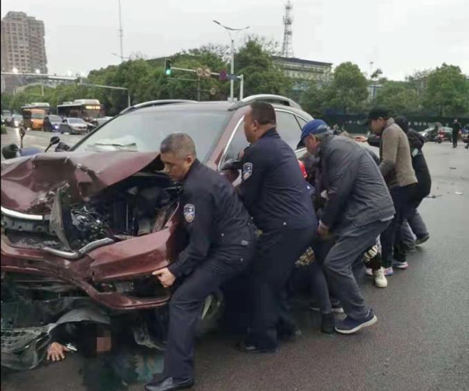 民警下班途中遇事故,只一个动作几十个人围了过来......