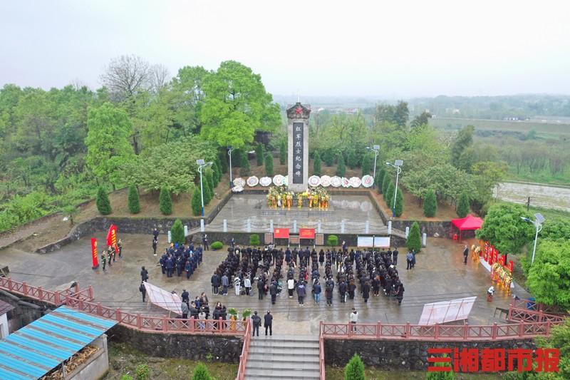 湖南文理学院师生清明祭扫纪念红军英烈