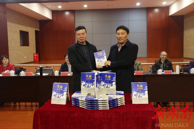 韩生学(右)为毛泽东文学院赠书