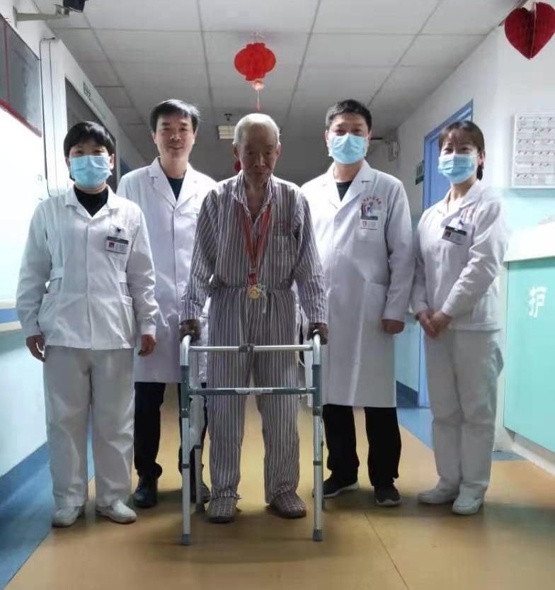 图为抗美援朝老兵李植兵和南华大学附三医护团队