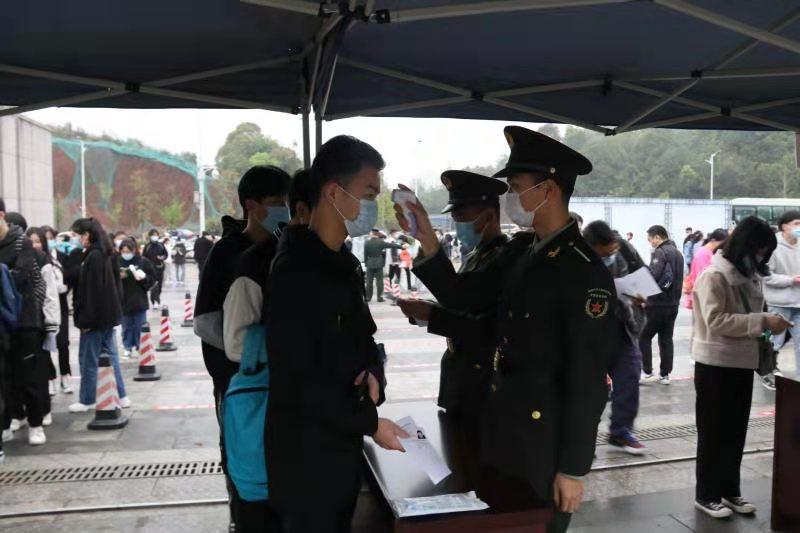 """湖南汽车工程职院""""红军号""""集结,志愿服务暖人心"""