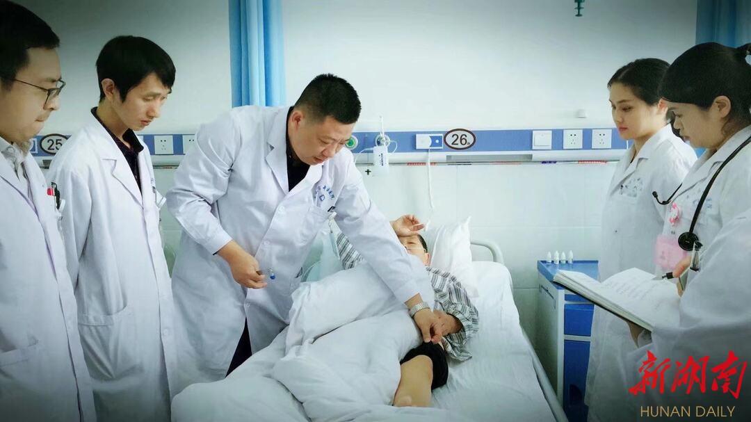 针灸推拿康复中心梁权兵主任带领精英团队为患者进行业务查房
