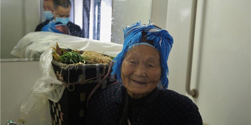 """""""慢火车""""成村民致富路"""