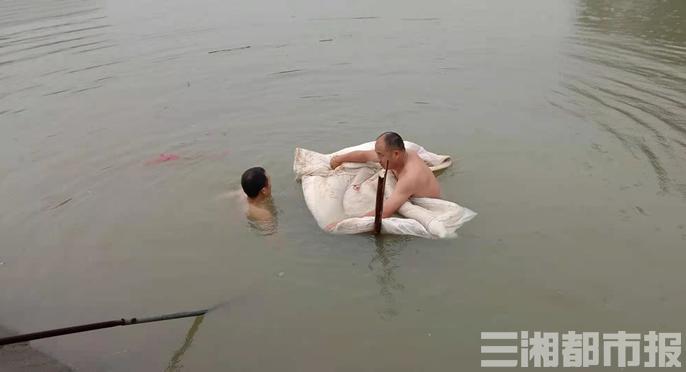 """""""让我来!""""山塘缺口危及乡邻,父子俩冒雨入水并肩堵漏"""