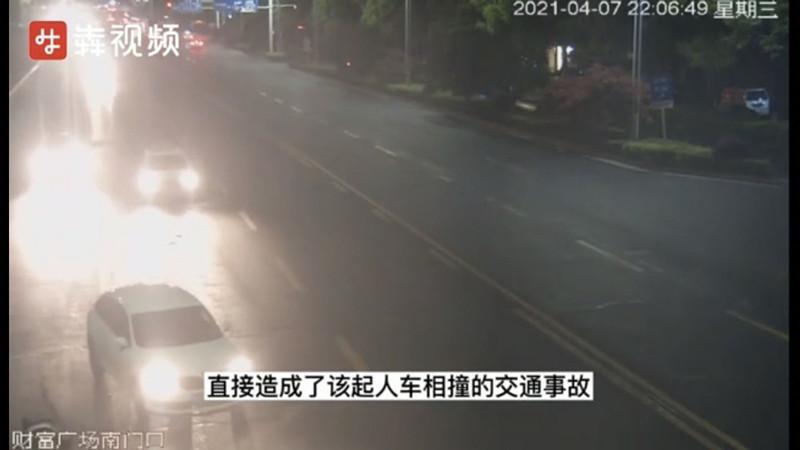 一个开车接电话,一个过马路玩手机,毫无意外撞上了...
