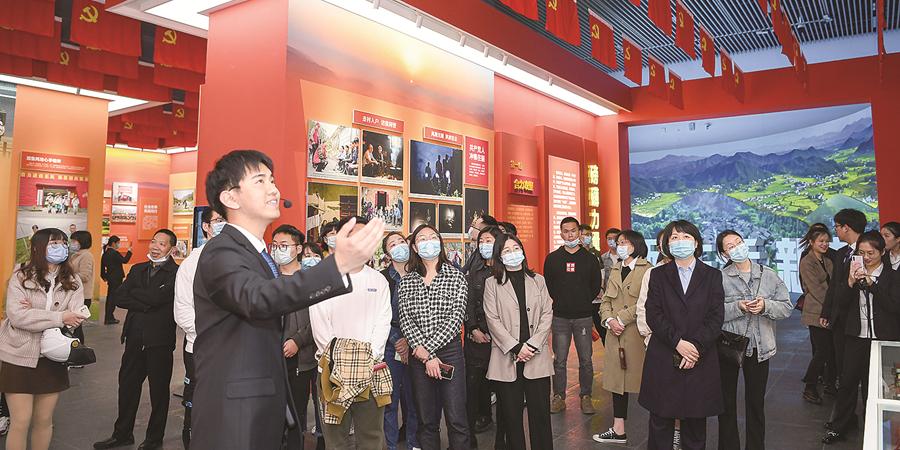 湖南省脱贫攻坚大型成就展第二天 观展市民络绎不绝