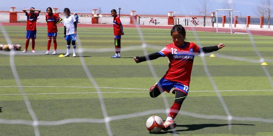 青海湖畔的校园女子足球队 成员均为藏族女孩