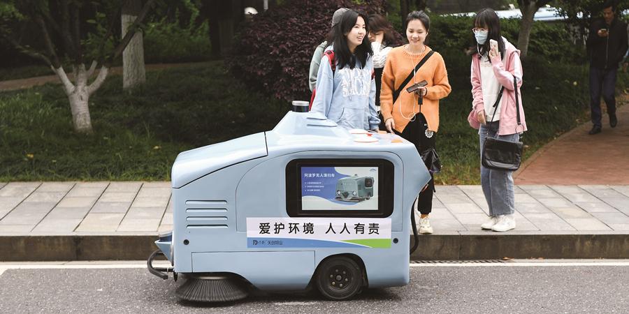 """长沙产自动驾驶清扫车""""上岗"""""""