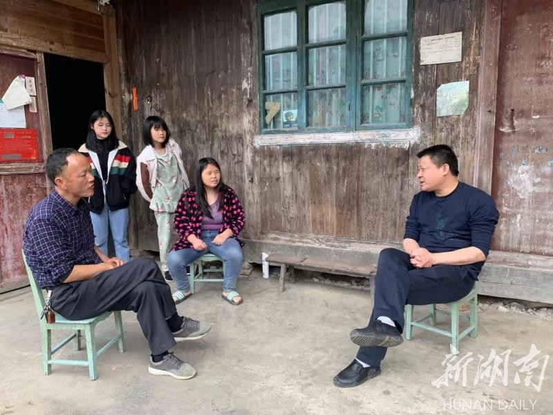 马路镇党委书记谢智兴走访贫困户。