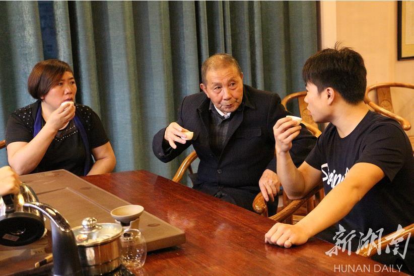 八角茶厂老中青三代茶人龚寿松(中)、邓超芝(左)、龚意成在一起商讨企业发展。