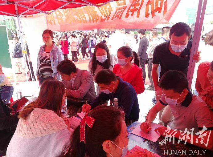 招聘会现场吸引不少求职者前来咨询选岗。刘萍 摄