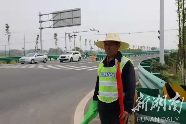 村民尹毕阳在路口执勤。徐钢 摄