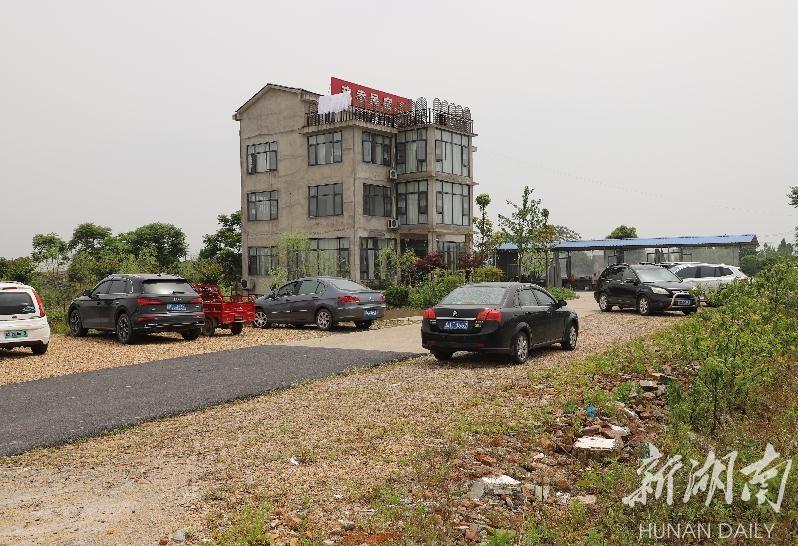 刘月华的民宿前,停了不少就餐游客的车。徐钢 摄