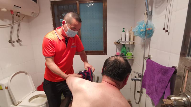 """赞!帮残疾""""兄弟""""洗澡,驾校教练跑几十公里,一干就是3年多"""
