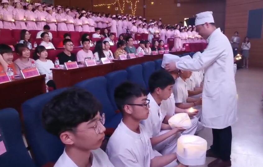 """湖南中医药大学400名护理师生传递马蹄灯,在""""提灯女神之光""""前宣誓"""