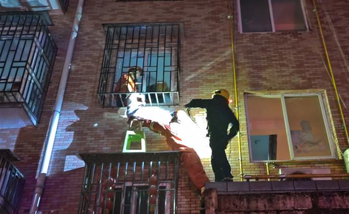 """3岁幼童""""挂""""防盗窗上,楼下邻居一个举动救了命"""