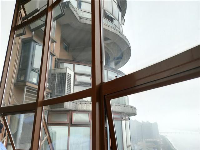 长沙湘江豪庭:楼下阳台封窗过界引纠纷,法院强制执行
