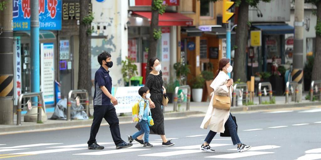 韩国将允许接种疫苗者户外摘口罩
