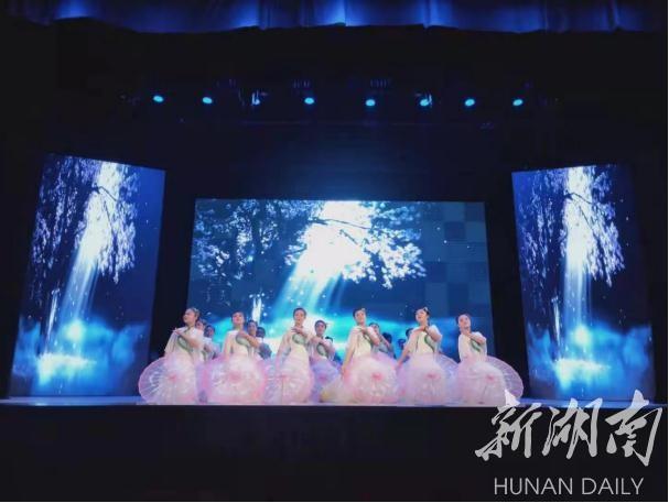 """图为桃江县职业中专舞蹈""""桃花湖初妆""""。高晓莉 摄"""