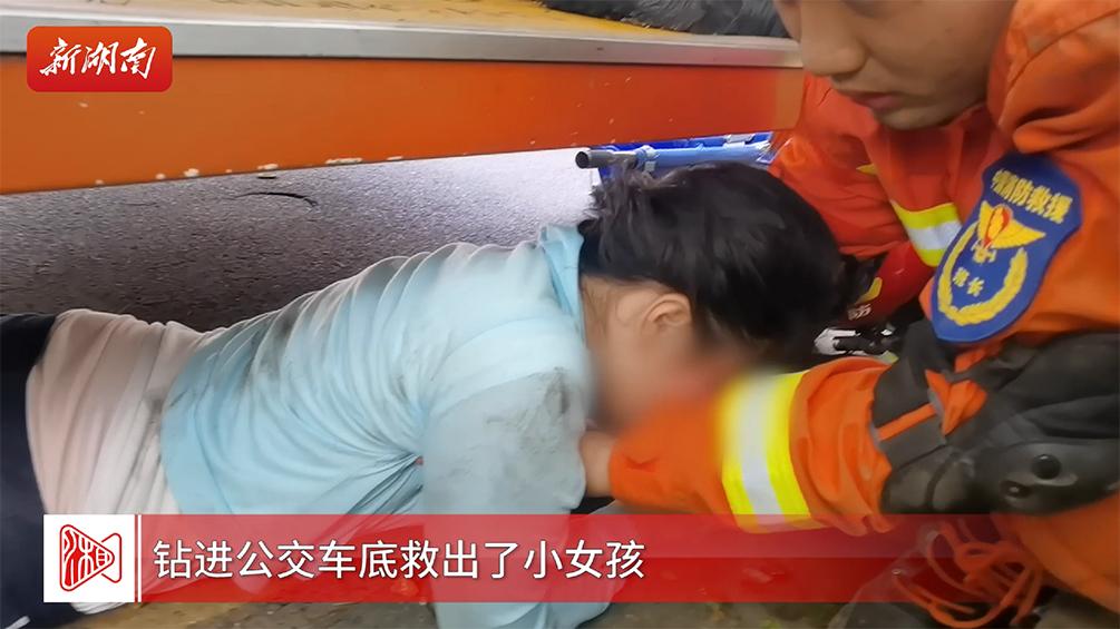 揪心!女孩被卷入车底,暖心!众人接力营救