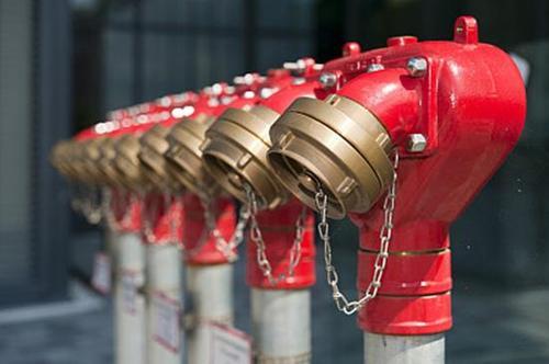 消防员奋力救火,因渗水到邻居家面临索赔?看看这个第三方损失谁来负责
