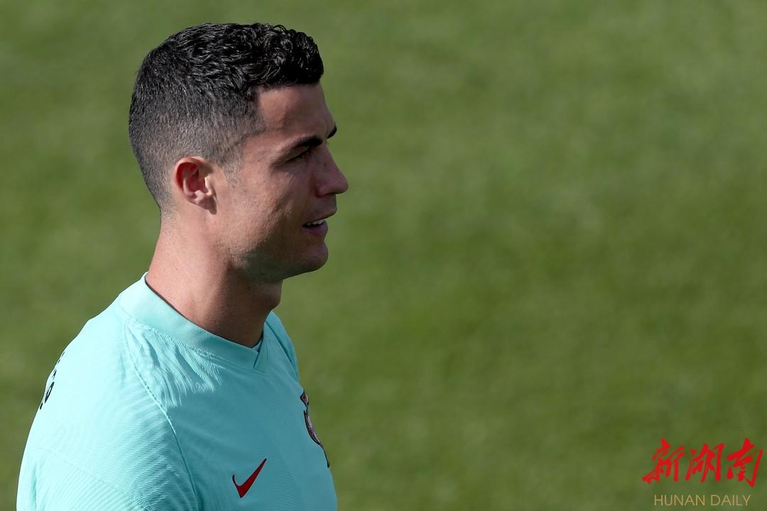 葡萄牙队球员克·罗纳尔多在训练中。 新华社发