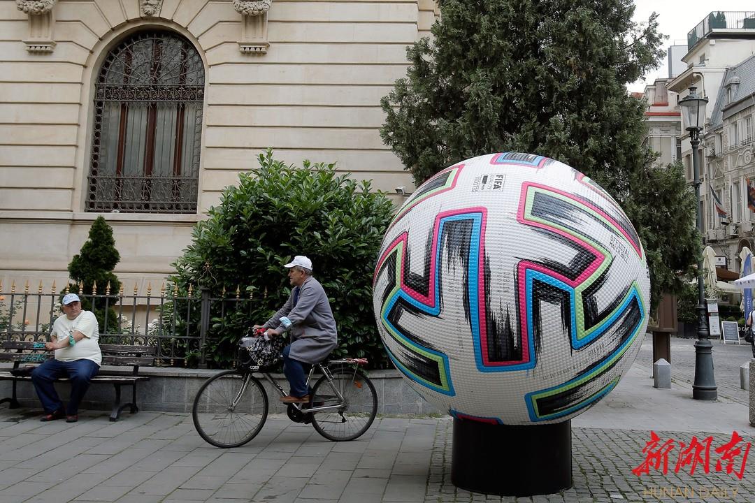 6月10日,在罗马尼亚首都布加勒斯特,一个巨型欧锦赛足球模型矗立在市中心老城区步行街上。 新华社发