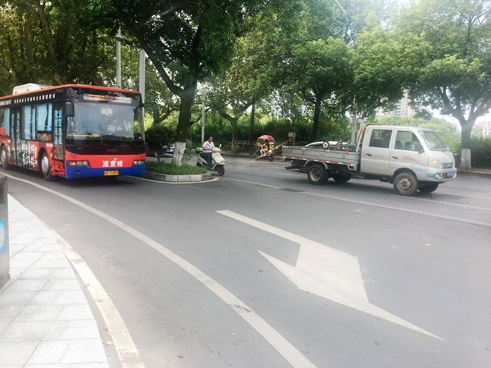 岳阳城区165台新能源公交车投运