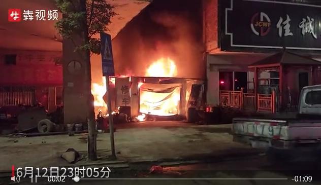 废弃房屋着火,消防员从火场提出液化气罐