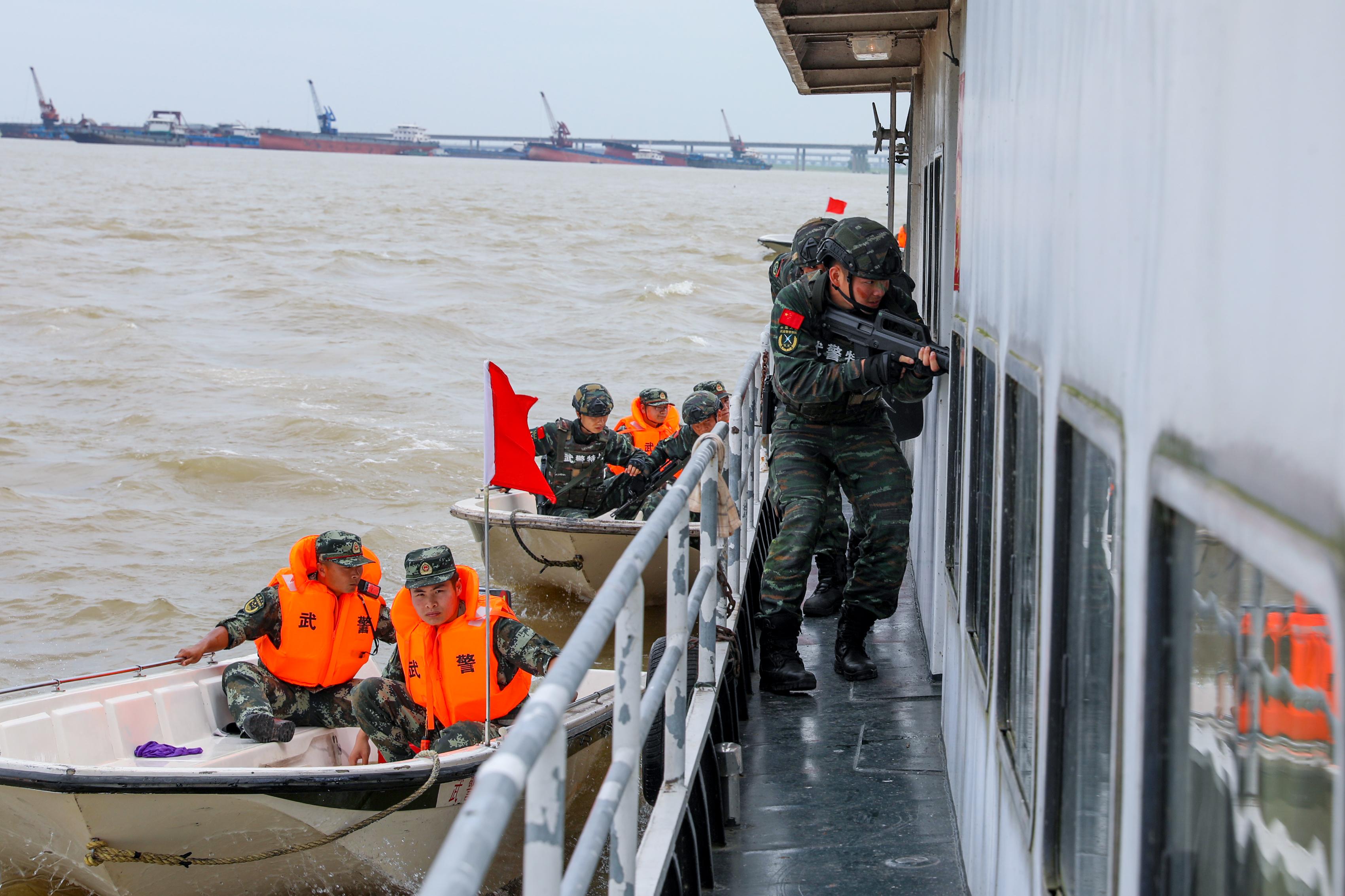 武警岳阳支队开展水上联合救援暨反恐演练
