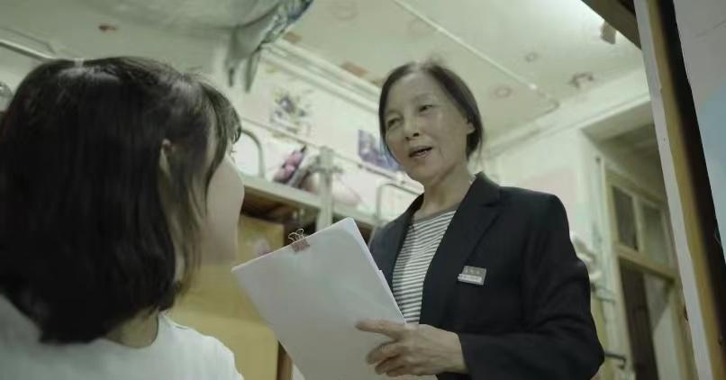 """湖南一大学老师退休后当宿管17年,""""放不下可爱的学生"""""""