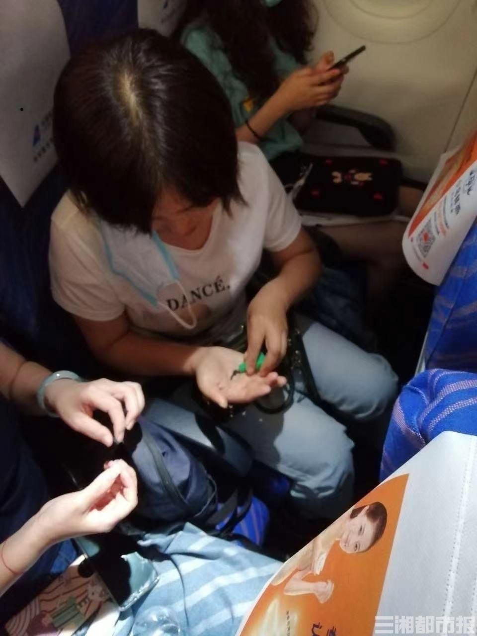7分钟急救!飞机正在滑行,一名旅客突发心脏疾病…