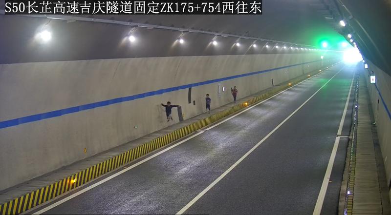 三个孩子跑进高速隧道玩耍,民警护送回家还给家长们上了一课