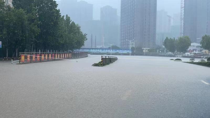 """郑州暴雨亲历者讲述:""""这场下了48小时的暴雨,终于停了"""""""